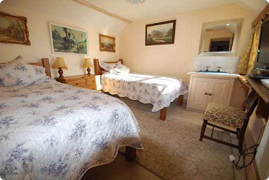 Elton Holidays - accommodation Peak District - Family Suite - Twin Room